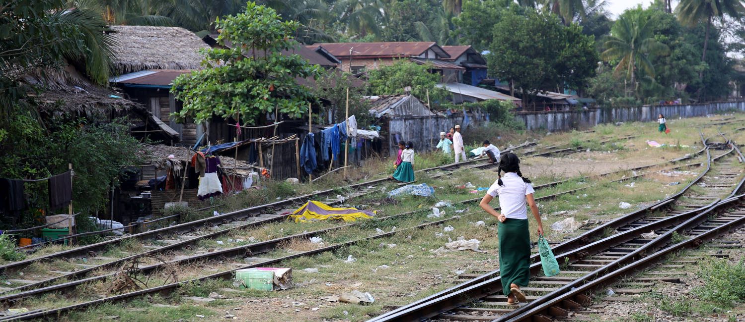 myanmar-trains-people